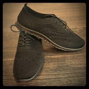 Black mesh tennis shoe